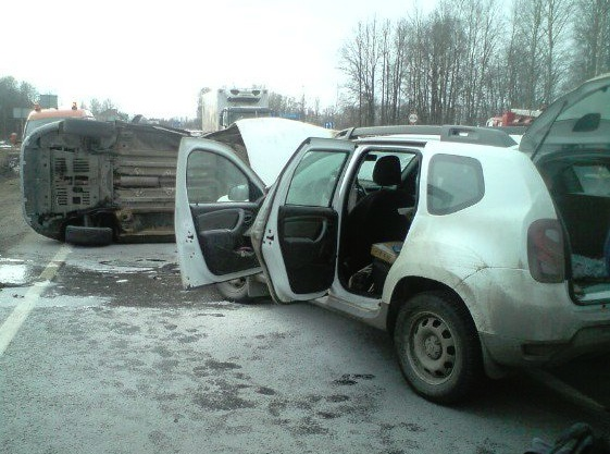 На трассе в Ярославской области столкнулись две иномарки: двое пострадавших