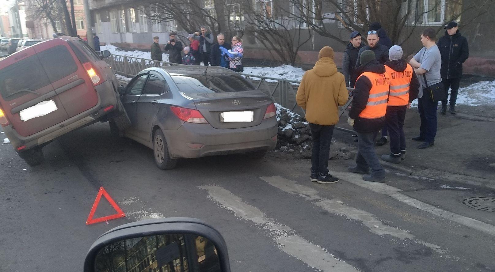 В центре Ярославля «Ларгус» запрыгнул на «Солярис»: кадры