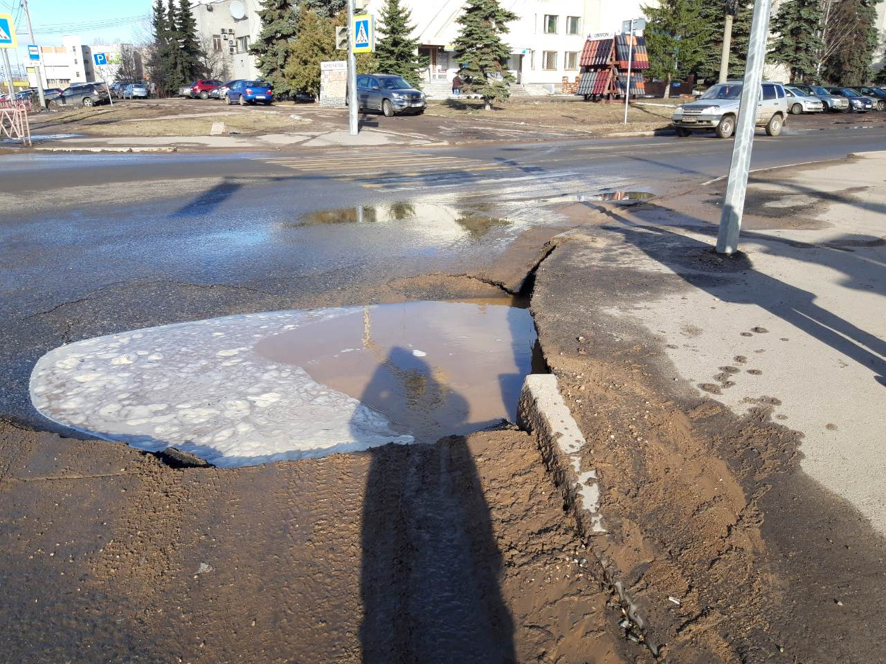 В Ярославле на перекрестке обвалился асфальт и образовалась внушительная яма