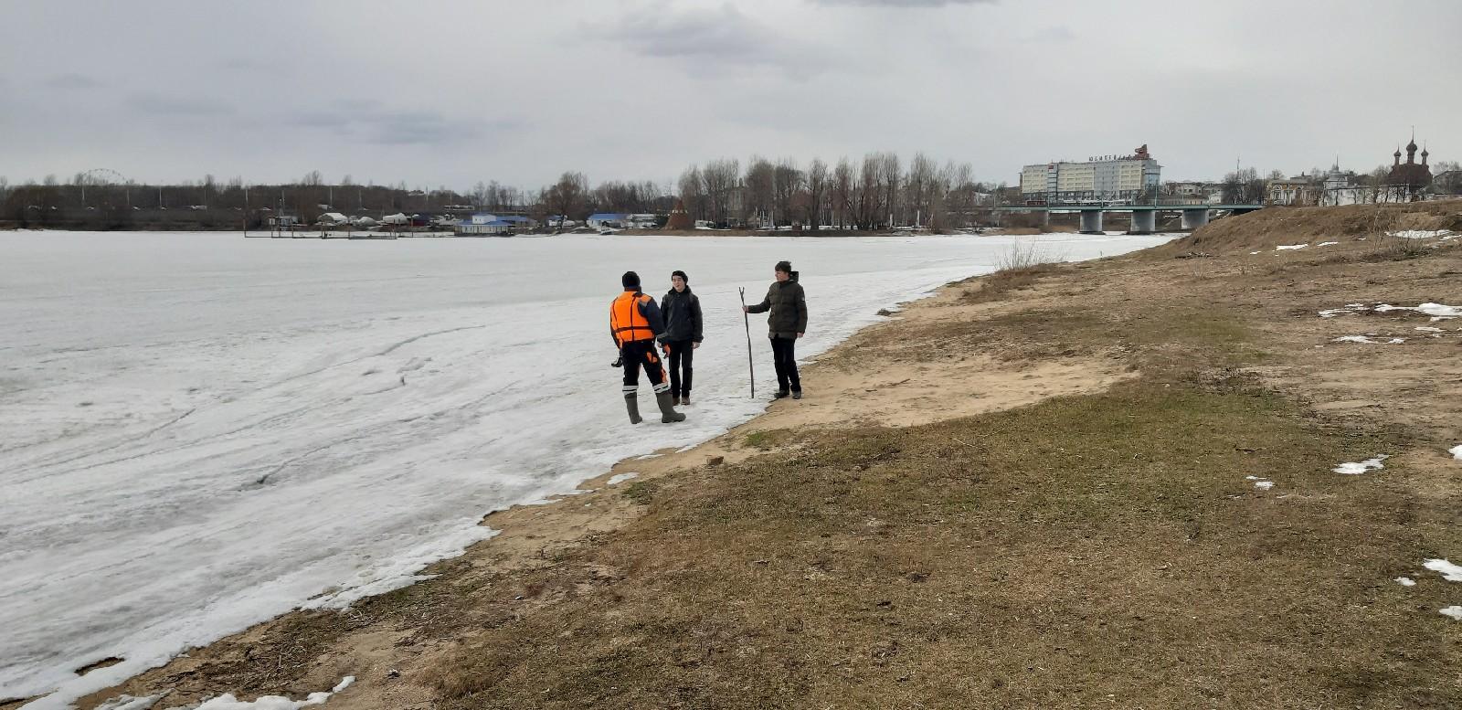 В Ярославле спасатели прогнали со льда двух подростков