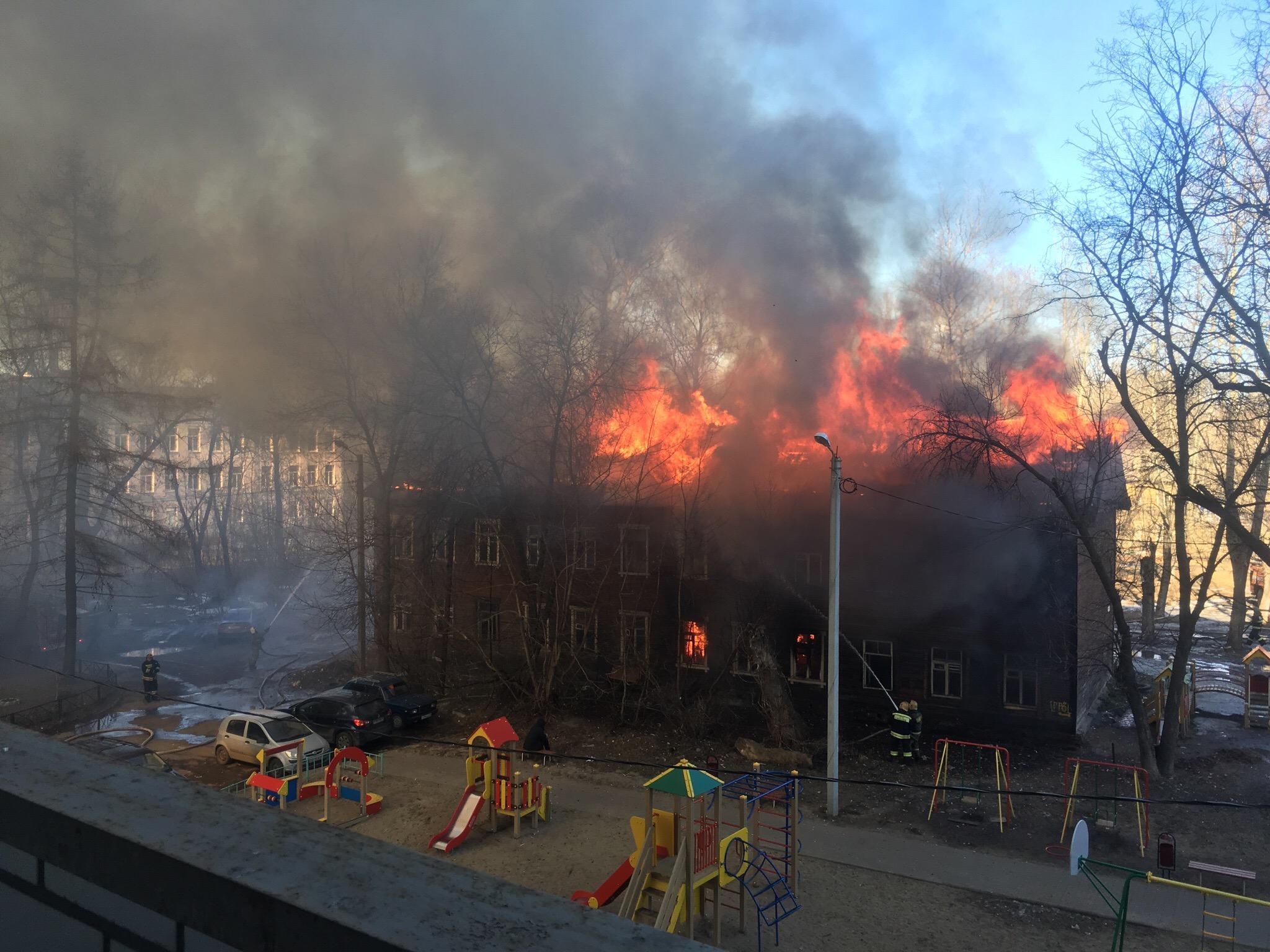 В Ярославле горит двухэтажный дом