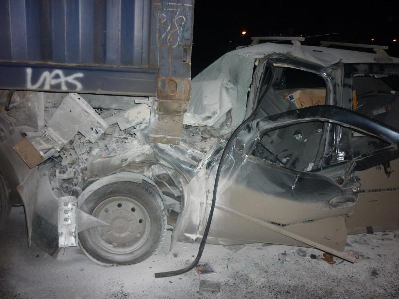 На Московском проспекте иномарка на полном ходу врезалась в грузовик: двое пострадавших