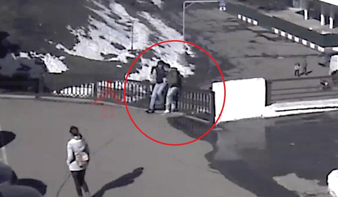 В Ярославле рухнула секция забора на Волжской набережной: видео