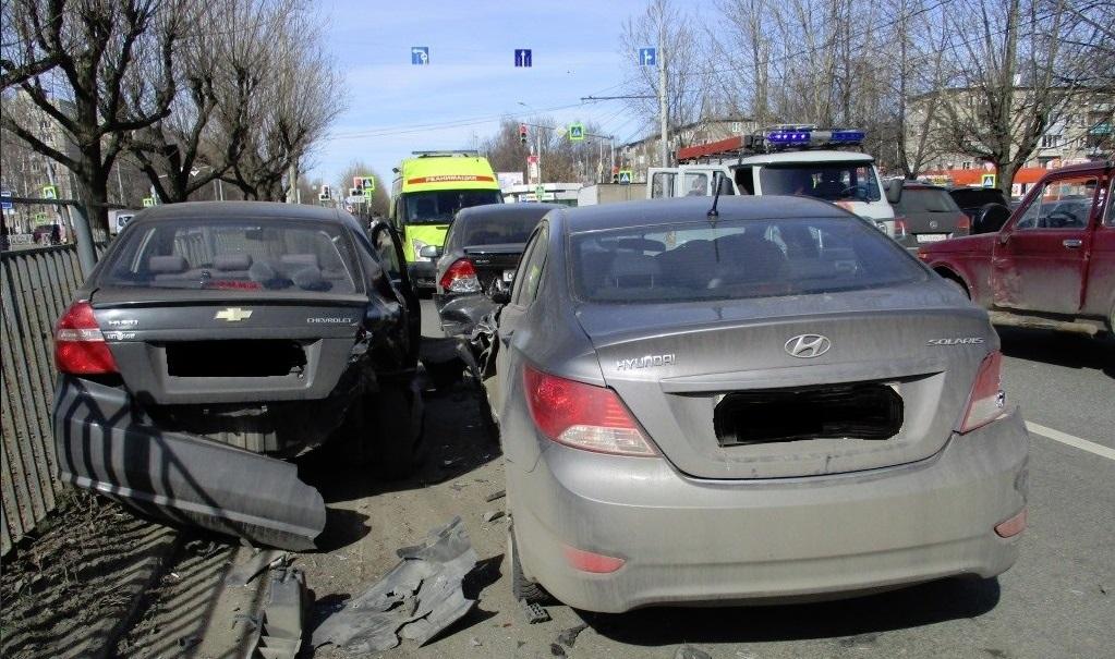 В Ярославле столкнулись четыре автомобиля: пострадала женщина
