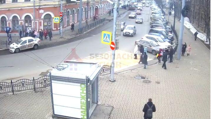 Появилось видео ДТП с такси в центре Ярославля