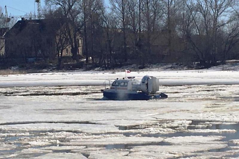 В Ярославле спасатели помогают Которосли освобождаться ото льда
