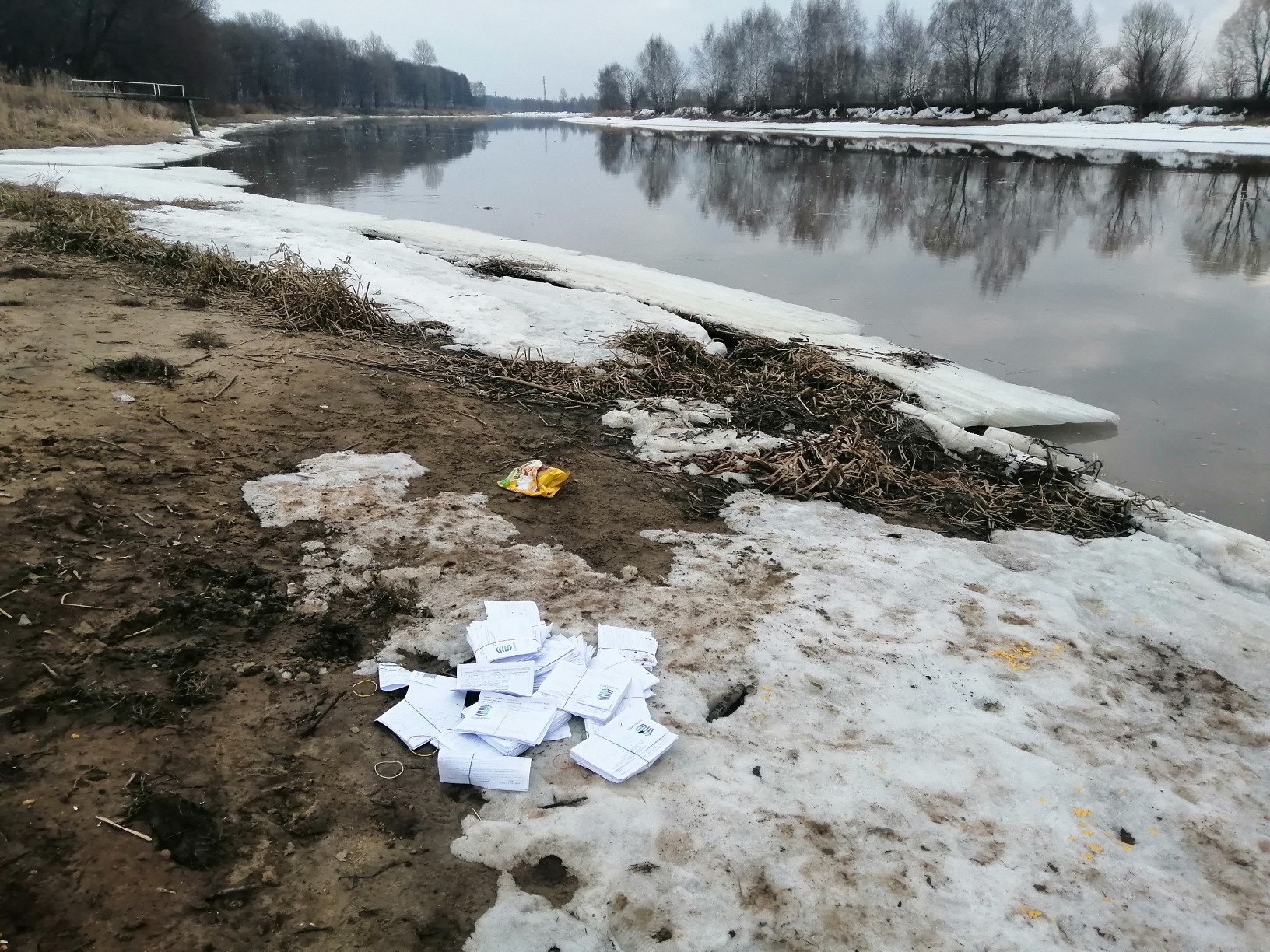 Власти разбираются, почему на берегу реки оказались квитанции за ЖКУ