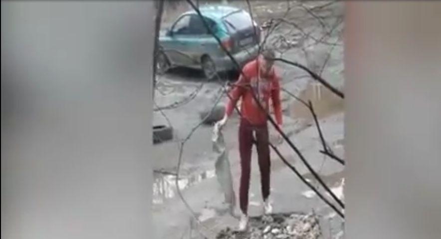 Житель Ярославля самостоятельно заделал яму во дворе: видео