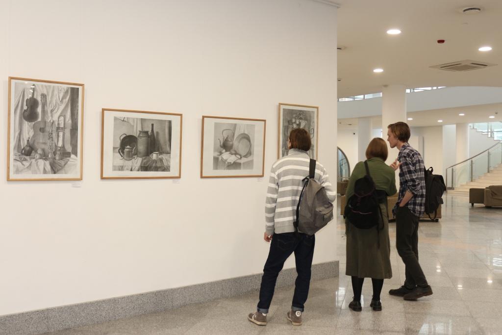 В Ярославле открылась межрегиональная выставка начинающих художников «Кладовая радости»