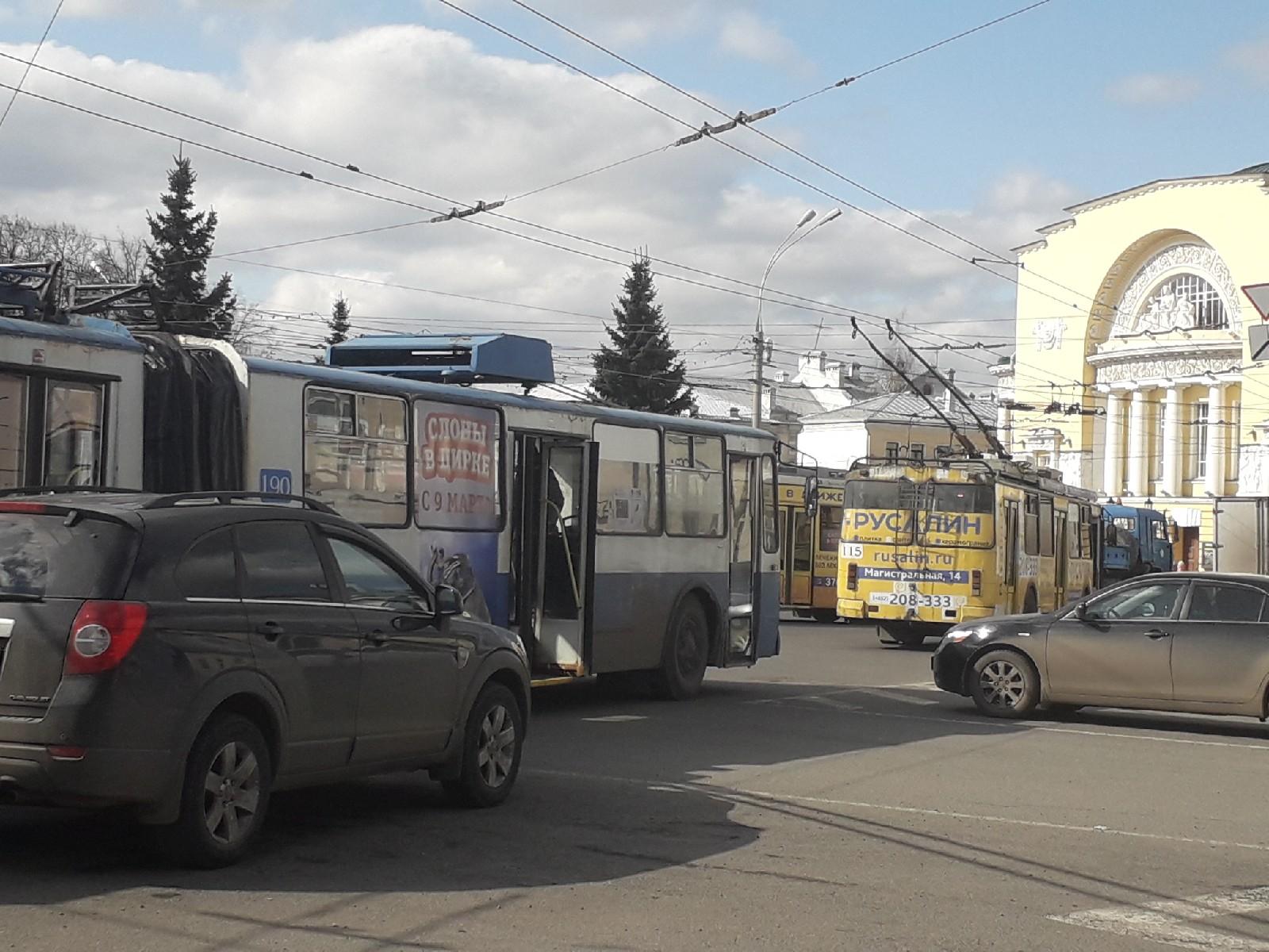 Центр Ярославля из-за ДТП встал в пробку