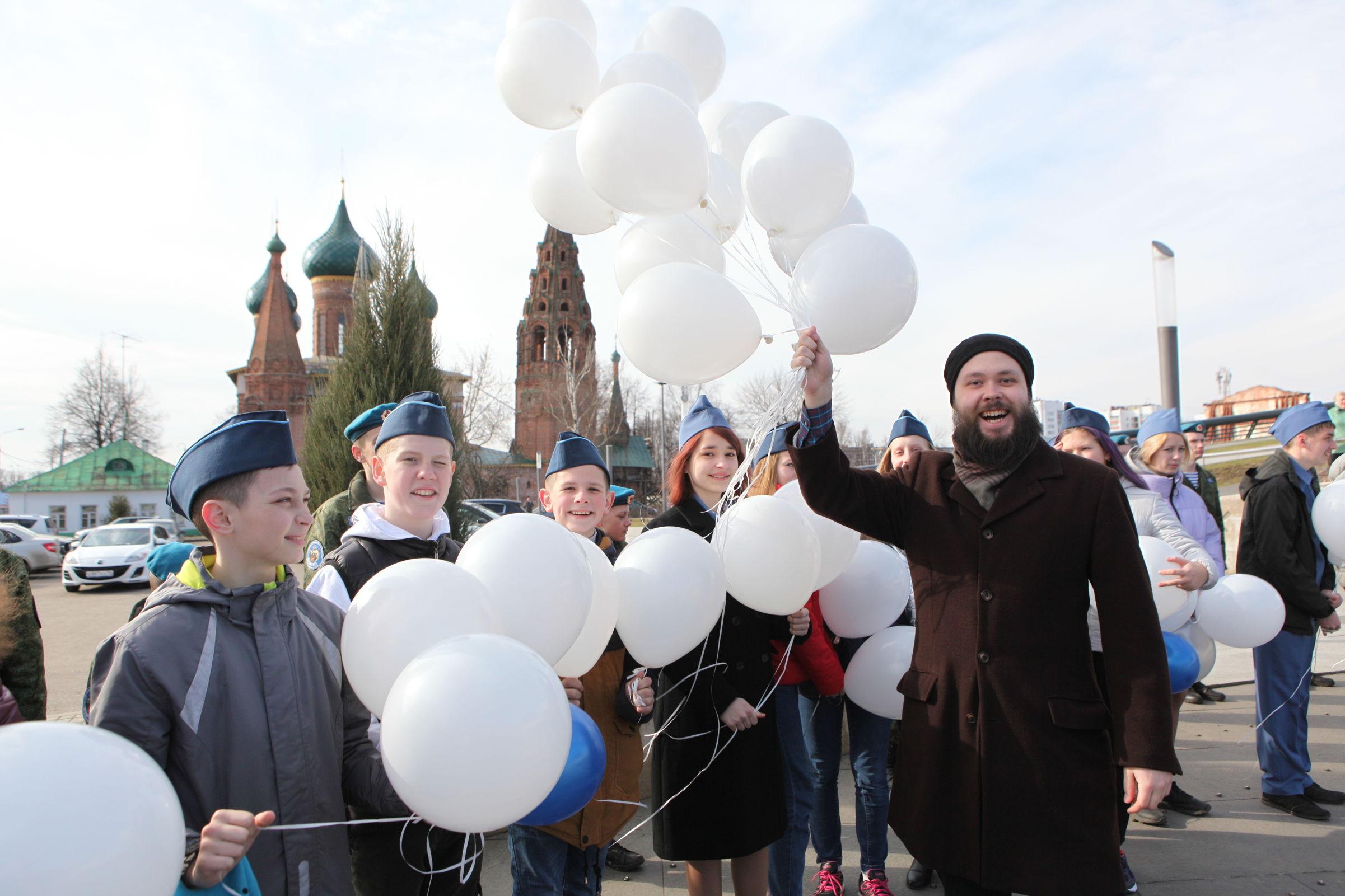 В центре Ярославля в День космонавтики в небо запустили десятки шаров: фото