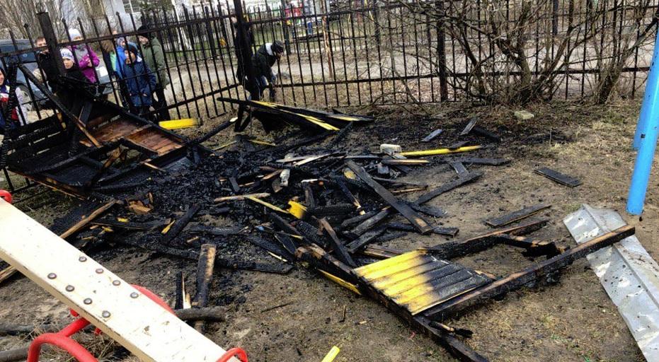 В одном из ярославских дворов горел детский городок: видео