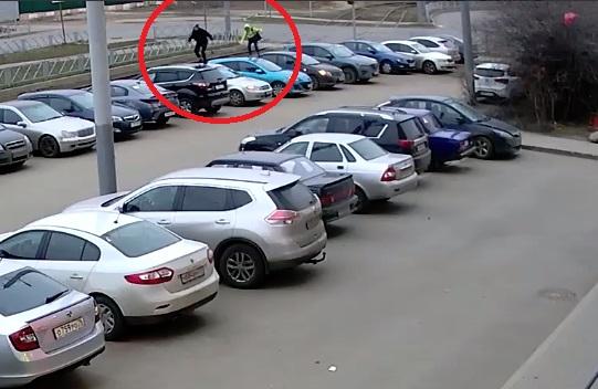 Ярославцев просят помочь найти вандалов, повредивших 8 автомобилей, – видео