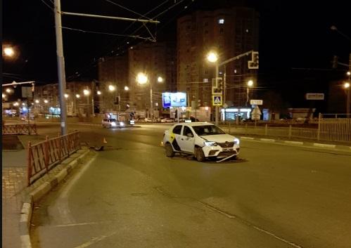 На Московском проспекте Ярославля такси сбило дорожное ограждение и врезалось в столб