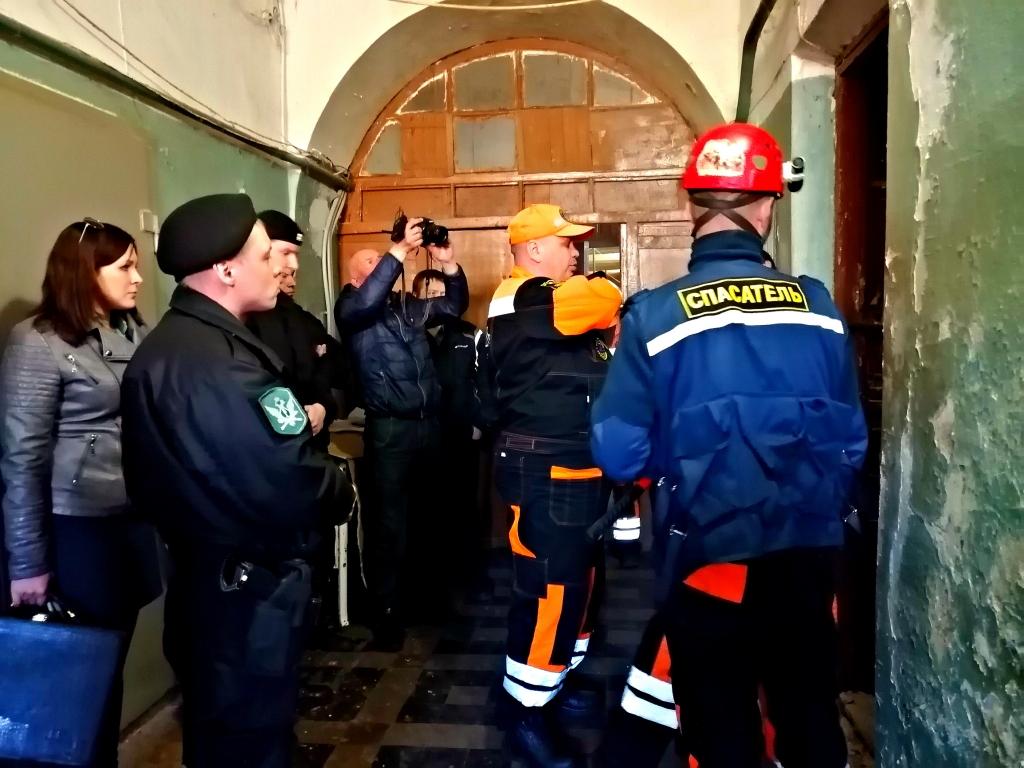 Подперли дверь плитой: две ярославны забаррикадировались в аварийной квартире, требуя элитное жилье