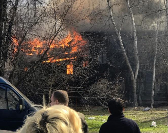 В Ярославле горит расселенный дом