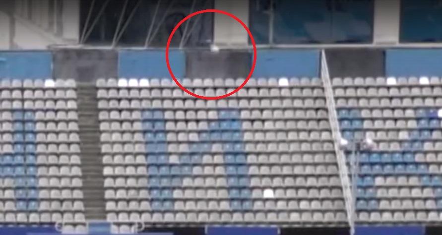 Футболист «Шинника» мячом сбил летящую птицу: видео