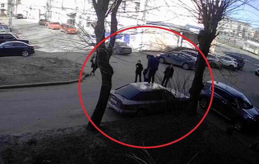 В Рыбинске группа подростков разбила иномарку: видео