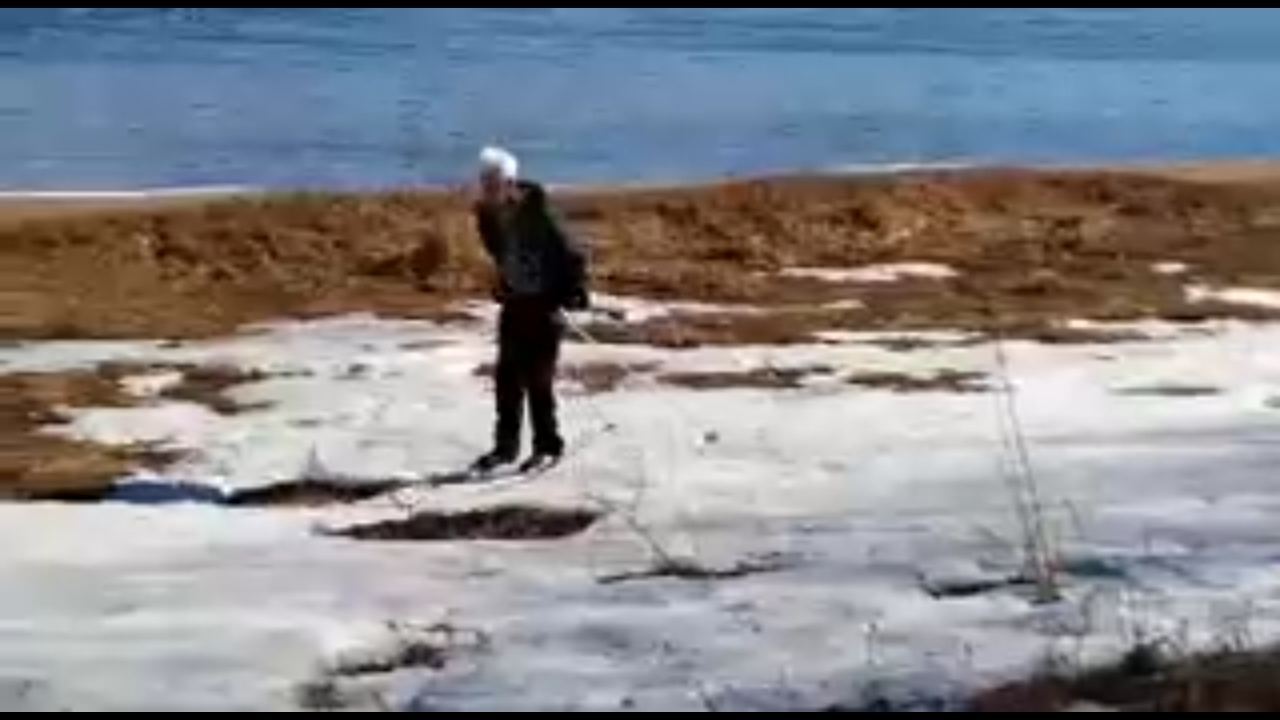 Рыбинский пенсионер во второй половине апреля катается на лыжах: видео