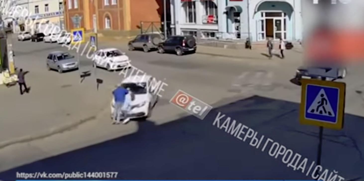В Рыбинске под колеса иномарки попали два пешехода