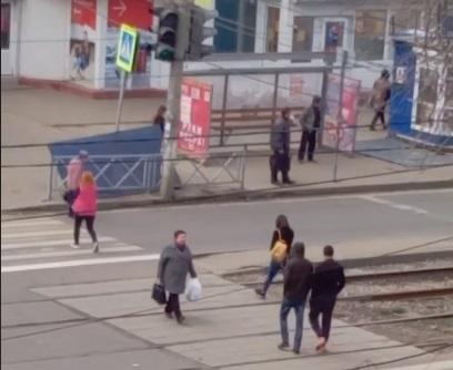 В Ярославле у остановки ветром сорвало крышу