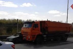 В Ярославле КамАЗ вмял «Ладу» в отбойник: пострадал водитель - видео