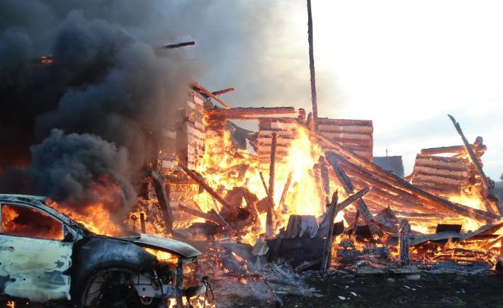 Крупный пожар в Ярославской области тушили семь часов: уничтожены дом и машина