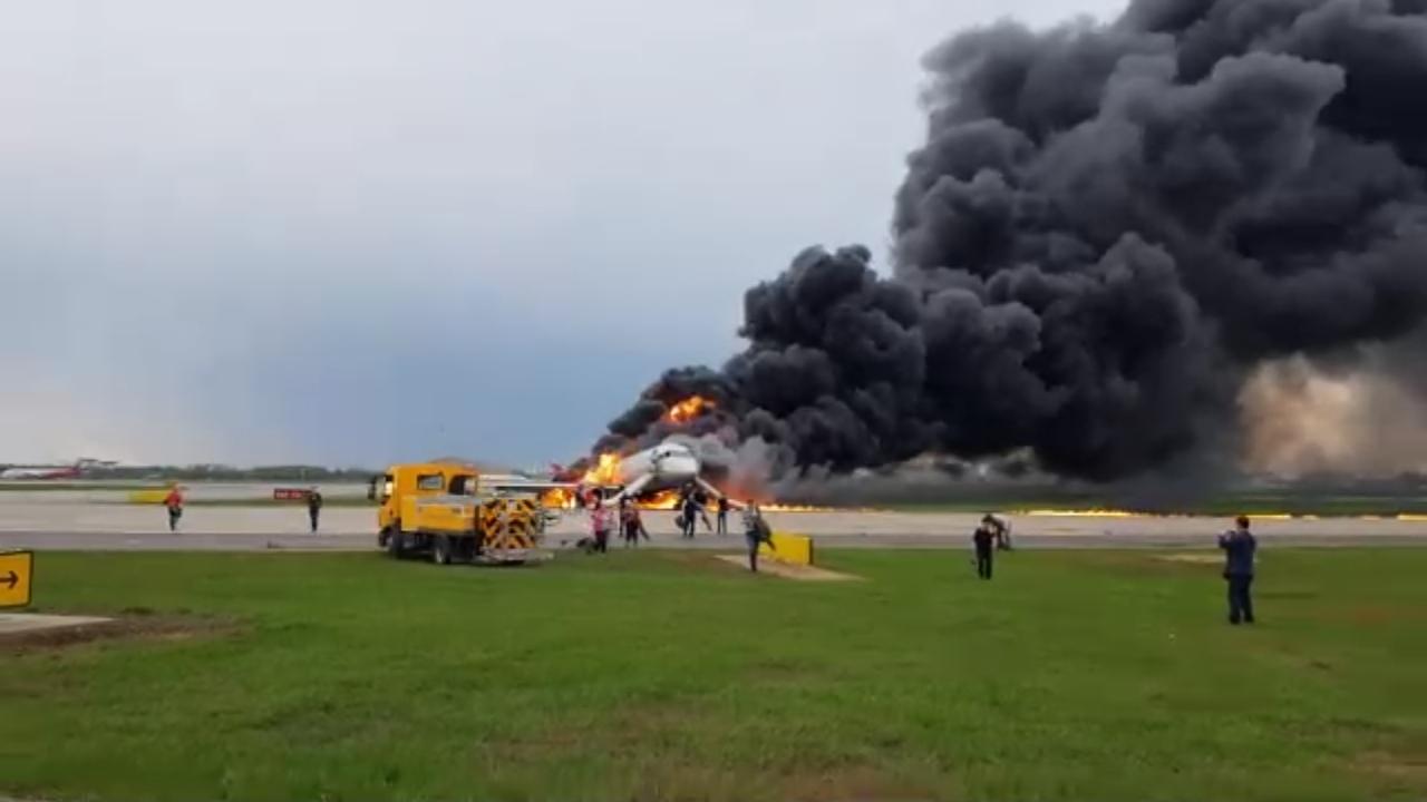 Пассажир сгоревшего самолета просит не осуждать выбегавших с чемоданами людей