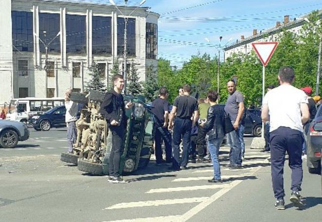 Два ребенка, женщина и мужчина пострадали в ДТП на Юбилейной площади в Ярославле