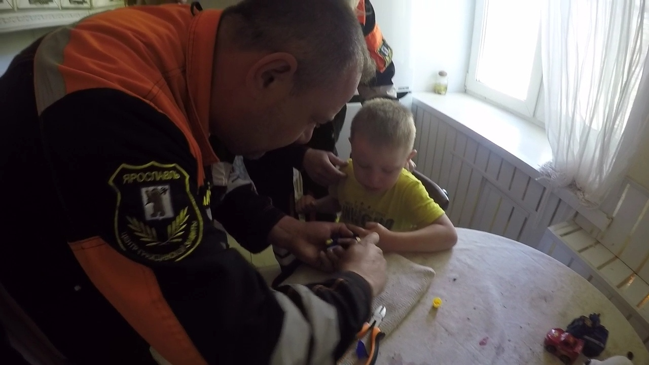 В Ярославле ребенок засунул палец в пистолет: вызывали спасателей