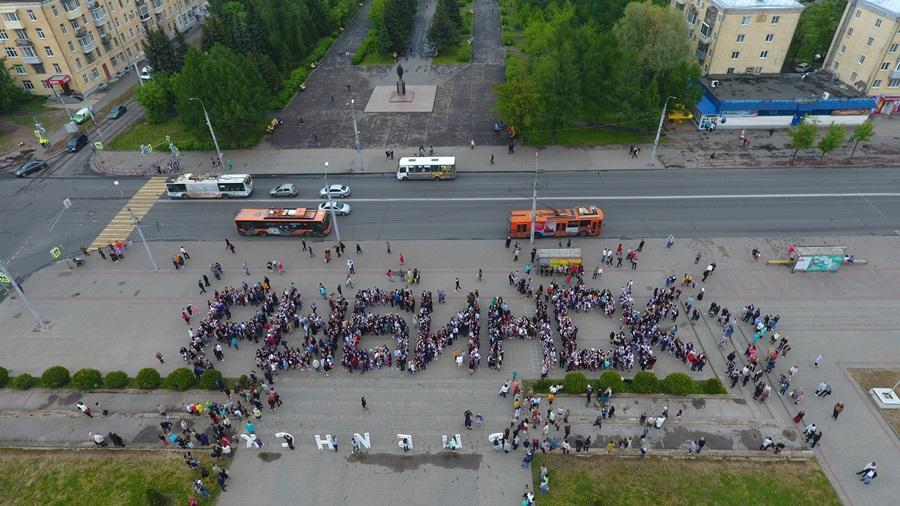 Выпускники на центральной площади выстроились в слово «Рыбинск»