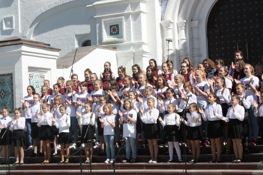 У стен Успенского собора в Ярославле выступил сводный хор из 700 человек