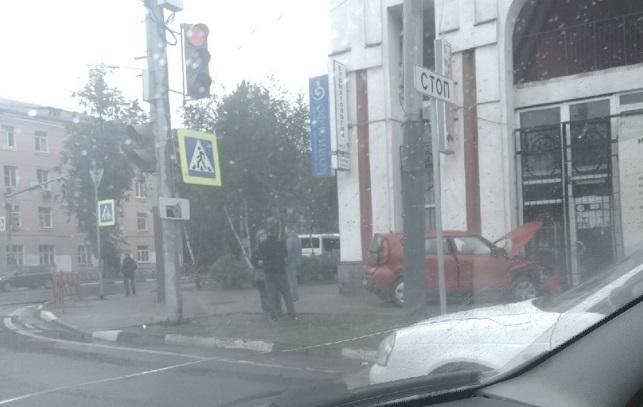 В Ярославле иномарка врезалась в торговый центр: видео