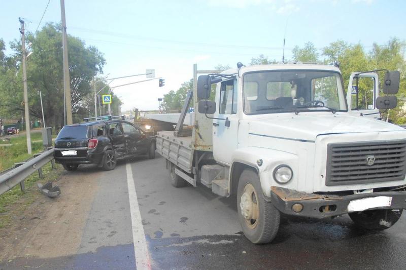 В Ярославской области при столкновении легковушки с грузовиком пострадал мужчина