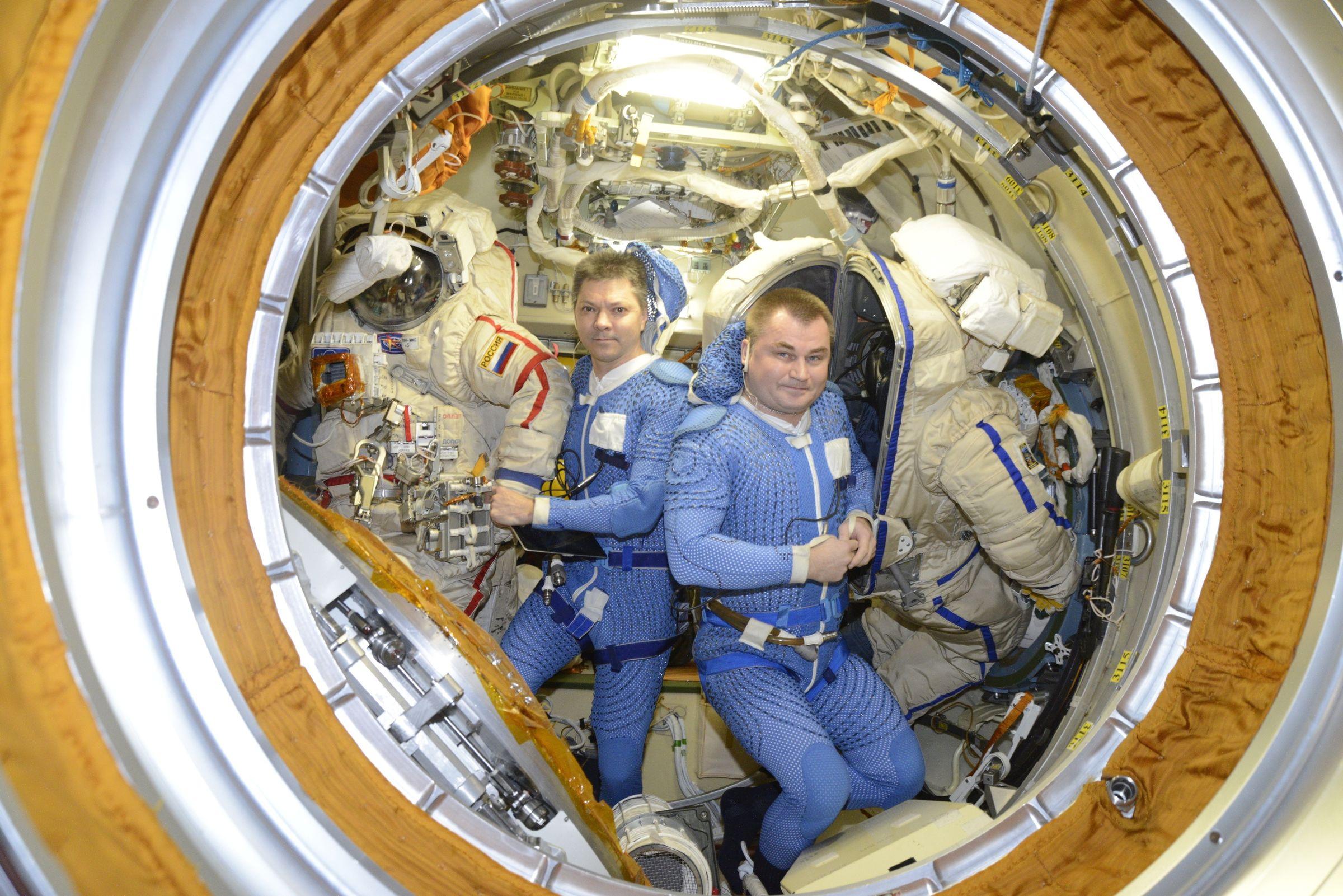 Рыбинский космонавт Алексей Овчинин готовится выйти в открытый космос
