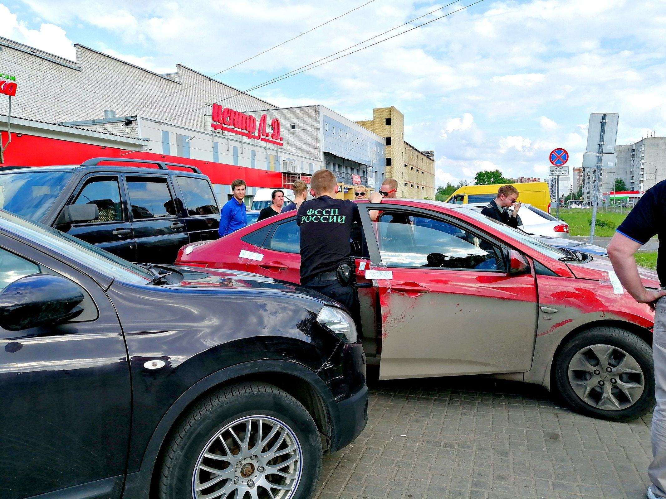 В Ярославле приятели должника заблокировали его авто, чтобы оно не досталось приставам