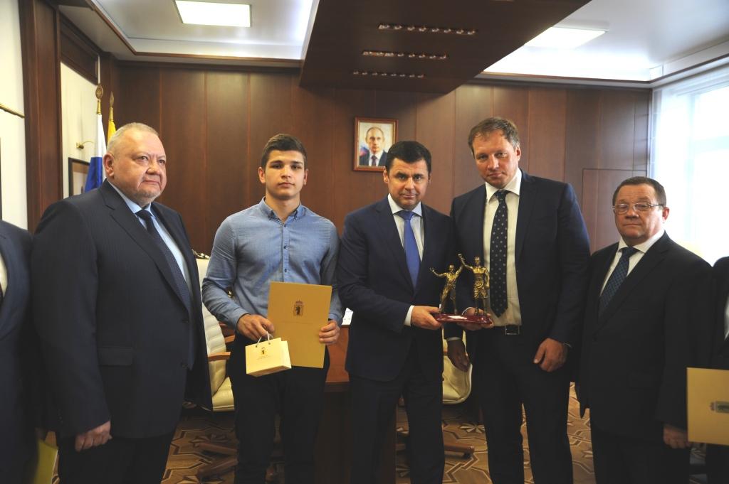Дмитрий Миронов поздравил чемпиона России по боксу среди юношей Расула Гаджиева с победой на первенстве России