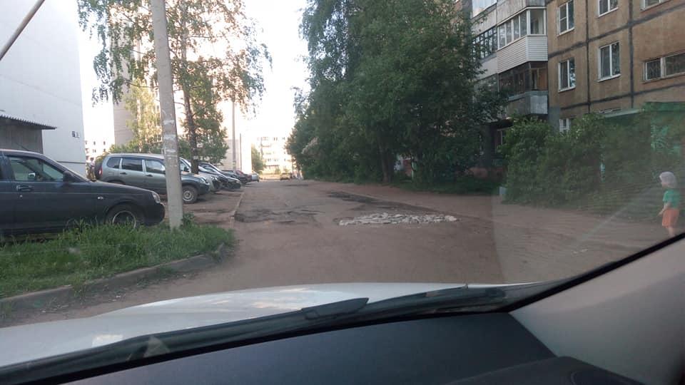 Житель Ярославля решил сам отремонтировать дорогу в Брагине