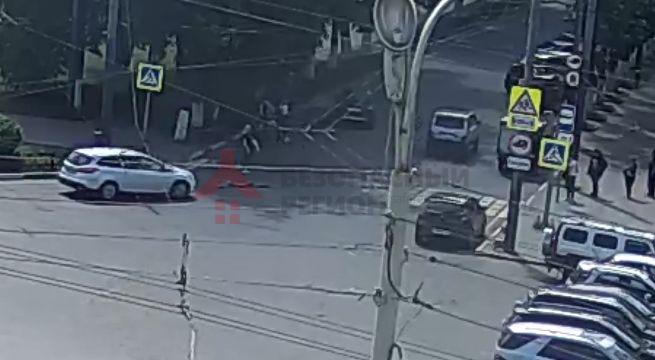 В центре Ярославля иномарка сбила пешехода: видео