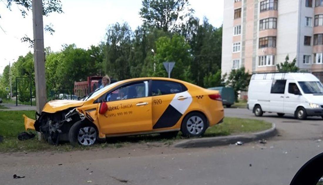 В Ярославле такси врезалось в фонарный столб