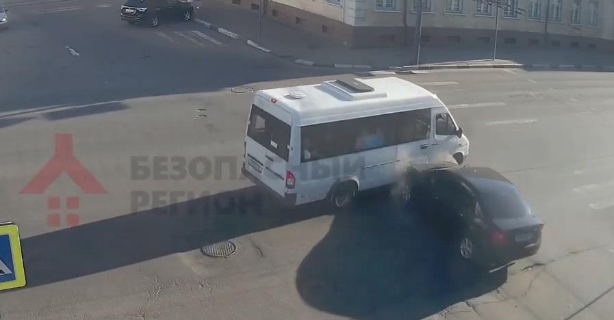 ДТП с участием маршрутки произошло в центре Ярославля: видео
