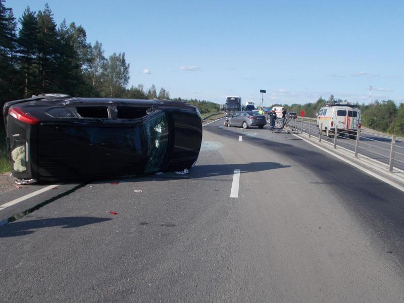 На трассе М8 в Ярославской области столкнулись внедорожник и седан: пострадал человек
