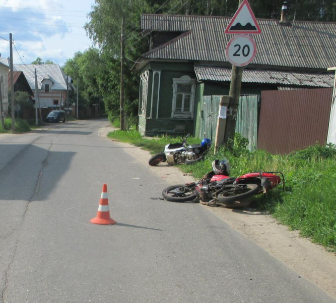 В Ярославской области мотоциклист без прав столкнулся со скутером: четверо пострадавших