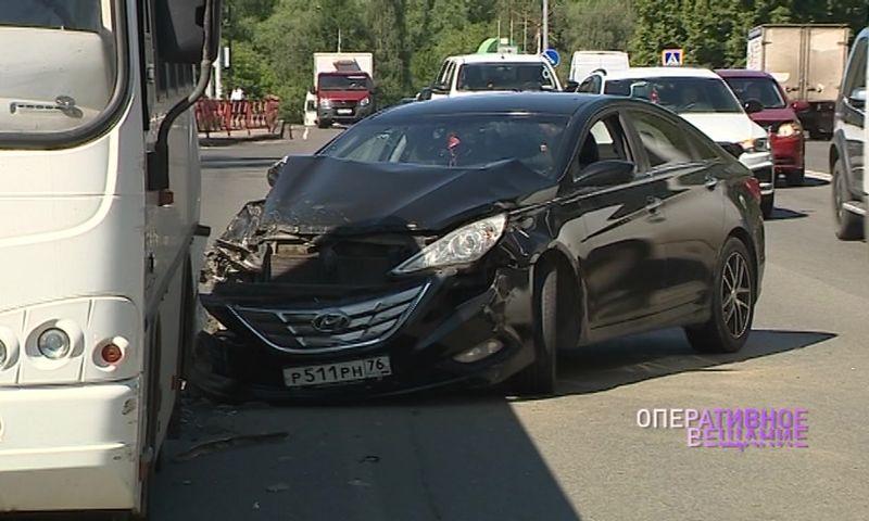 В Ярославле иномарка врезалась в автобус