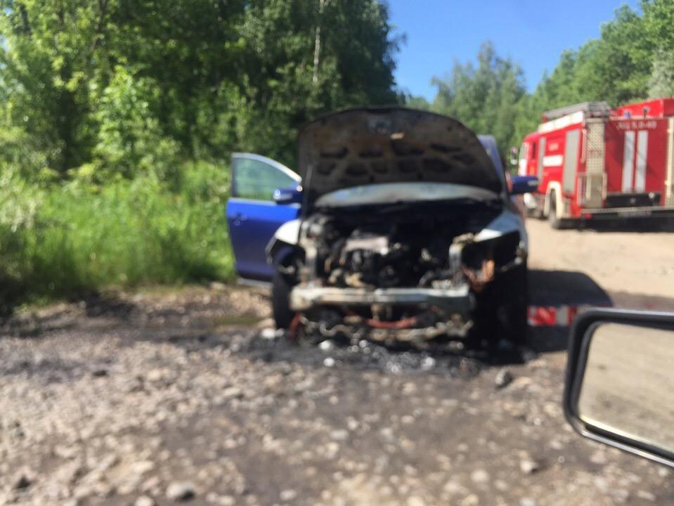 В Ярославле горела «Мазда»: пострадал водитель