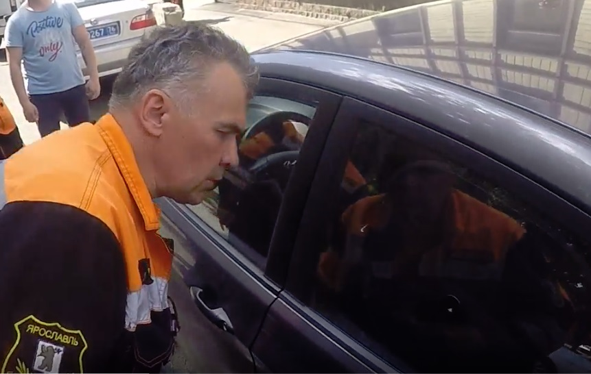 В Ярославле малыш оказался заперт в машине на жаре