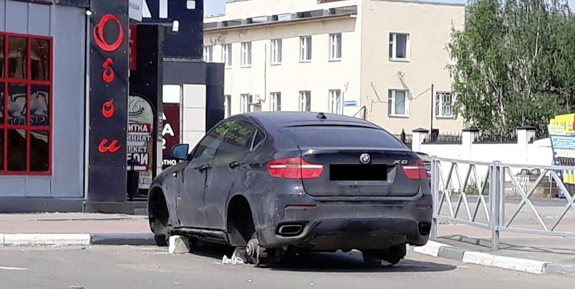 В Ярославле ищут хозяина BMW X6, которую оставили без колес