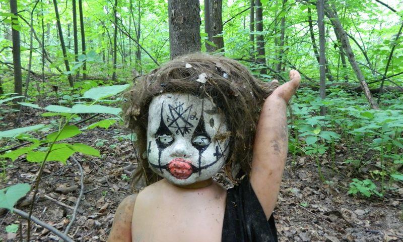 В Ярославле нашли страшную куклу со шрамами и сатанинскими символами