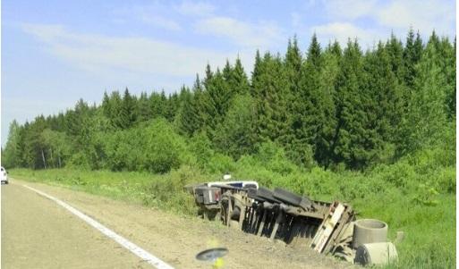 В Ярославской области опрокинулась фура