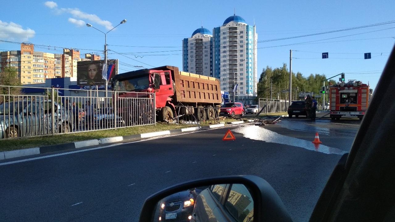 Крупное ДТП с участием нескольких машин на Московском проспекте: грузовик снес ограждение